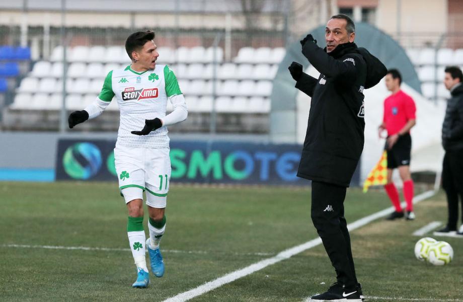 Ο Γιώργος Δώνης δίνει οδηγίες στον Τάσο Χατζηγιοβάνη στο ματς με τον ΠΑΣ Γιάννινα.