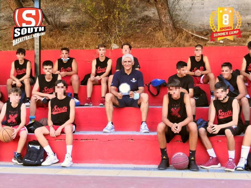 Ο Παναγιώτης Γιαννάκης, σε αναμνηστική φωτογραφία με νεαρούς παίκτες της South Basketball Academy / Photo by: DigitalSapiens.gr