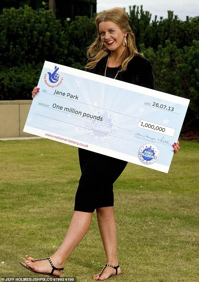 Εικοσιτριάχρονη κέρδισε το λαχείο και πληρώνει οποιονδήποτε άντρα για να γίνει το αγόρι της