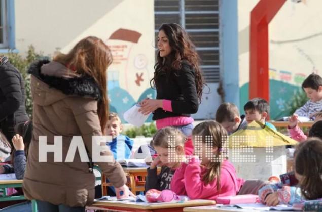 Κάνουν μάθημα στην αυλή μέχρι να τους φτιάξουν το σχολείο [pics, vid]